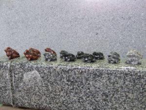 羅漢の店 水野石材店 カエルの彫刻1