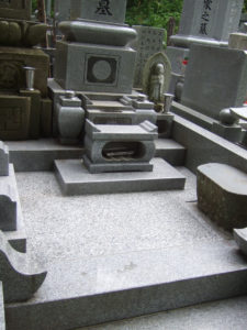 羅漢の店 水野石材店 お墓の除草対策 石張り