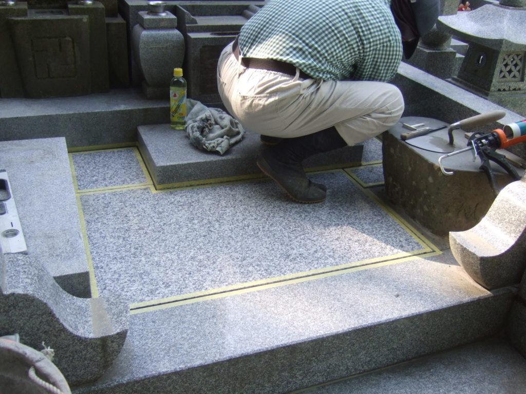 羅漢の店 水野石材店 お墓の雑草対策 石張り施工中