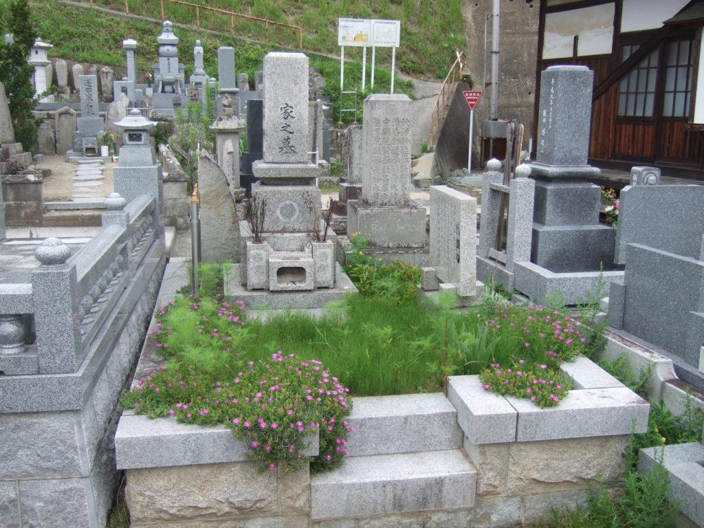 羅漢の店 水野石材店 お墓の除草対策 草むしり前