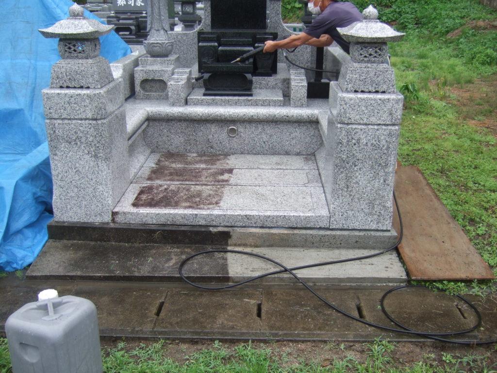 墓石クリーニングの様子